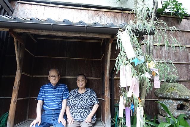玄関前の庭にて記念撮影。