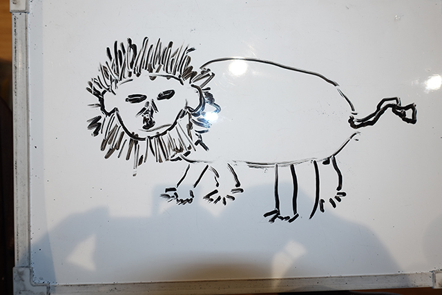 顔、目、耳、輪郭、胴体、足、尻尾を5人で順番に書いたライオンです